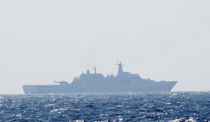 Chiếc tàu chiến 2 vạn tấn hiện đại bậc nhất của hải quân Trung Quốc bên cạnh giàn khoan Hải dương 981