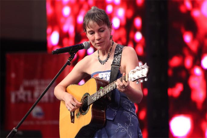 Màn thi hát của cô Caroline (người Canada) bị cả 4 giám khảo từ chối thẳng. Cô cho biết đã sống ở Việt Nam 9 năm và tham gia cuộc thi để...tìm người yêu.