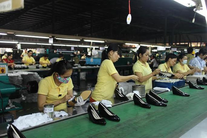 Nhờ Công đoàn cơ sở làm tốt công tác tuyên truyền, công nhân Công ty Giày Trường Lợi (KCN Bình Chiểu, quận Thủ Đức, TP HCM) an tâm làm việc ẢNH: HỒNG ĐÀO