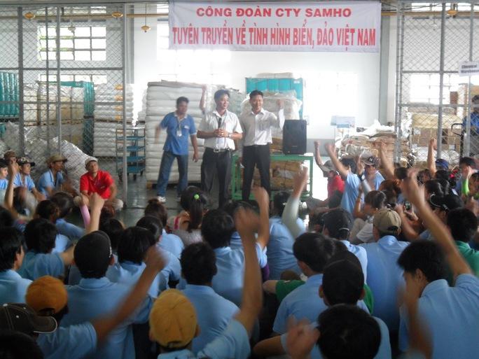 Công nhân Công ty Việt Nam Samho (100% vốn Hàn Quốc; huyện Củ Chi, TP HCM) chăm chú nghe tuyên truyền về tình hình biển, đảo   ẢNH: KHÁNH AN