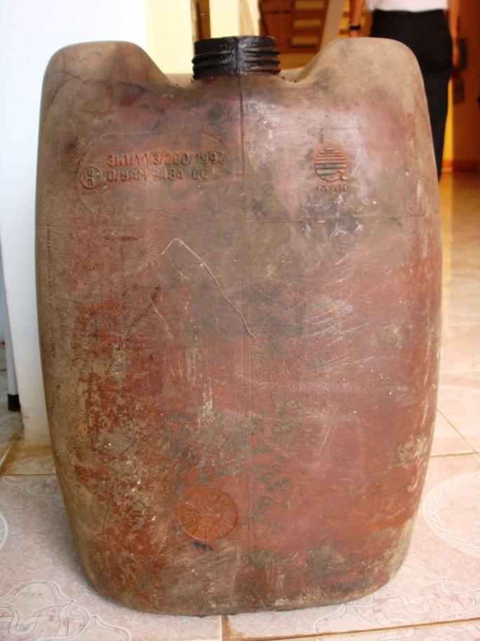 Chiếc can nhựa do cơ quan điều tra thu giữ tại trang trại của ông Dương Bá Tuân. Được ông Tuân khẳng định đây là chiếc can đã bị đánh tráo khi tiến hành thực nghiệm điều tra, dẫn đến sai lệch trong bản án!