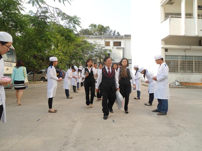 Sinh viên năm nhất cuối chào người đăng ký hiến xác và thân nhân như một lời tri ân