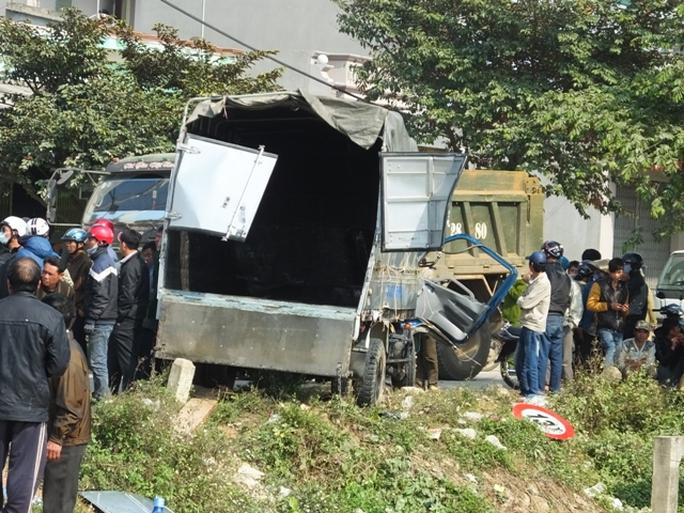 Phần sau chiếc xe, số gỗ chở trên xe đã văng hết ngoài sau vụ tai nạn