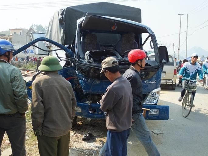 Phần đầu chiếc xe tải bẹp dúm sau vụ tai nạn