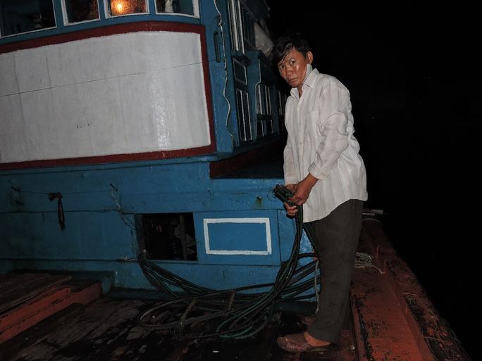 Tàu cá QNg 96697 TS của ngư dân Lê Khởi bị TQ đập phá tại ngư trường Hoàng Sa.