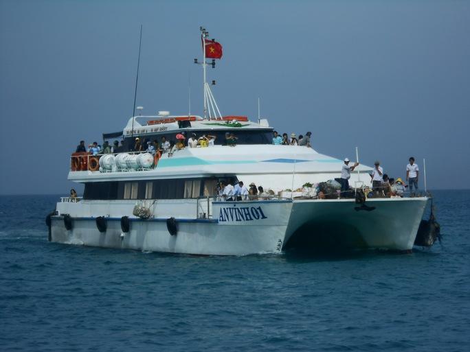 Tàu cao tốc vận chuyển khách du lịch ra thăm quan đảo Lý Sơn.