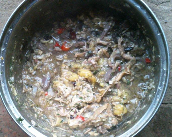 Nguyên liệu là thịt hay cá cũng được băm nhỏ trộn đều với sả, mắm tôm, ớt, gia vị... ướt khoảng 15 phút trước khi nấu.