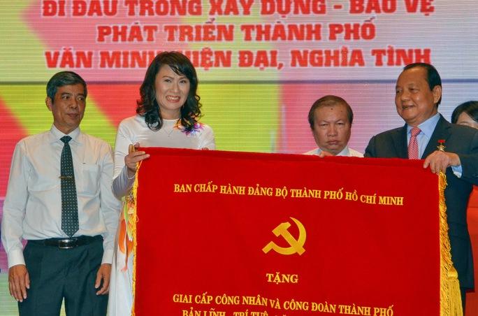 Ông Lê Thanh Hải, Ủy viên Bộ Chính trị, Bí thư Thành ủy TP HCM, tặng bức trướng cho  bà Nguễn Thị Thu, Chủ tịch LĐLĐ TP tại lễ kỷ niệm ẢNH: TẤN THẠNH