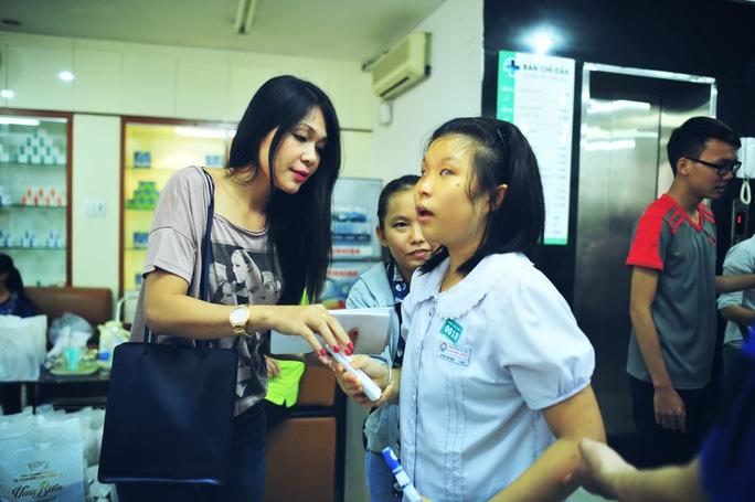 Đinh Y Nhung trao quà cho một em gái khiếm thị