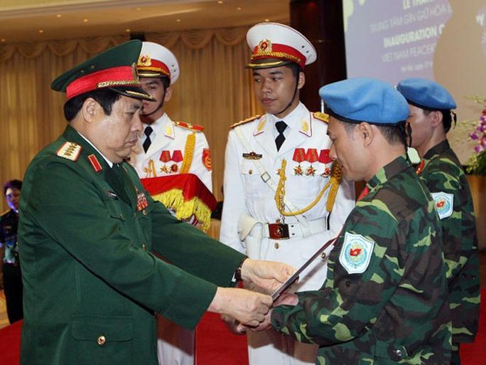 Bộ trưởng Phùng Quang Thanh trao quyết định, mũ nồi xanh cho 2 sĩ quan làm nhiệm vụ gìn giữ hòa bình LHQ tại Nam Sudan