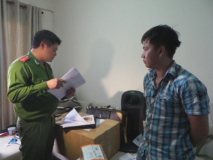 Đỗ Hà Duy Thanh, một trong những đối tượng của đường dây chuyên đánh cắp thông tin tài khoản thẻ tín dụng, bị công an bắt ngày 9-1.