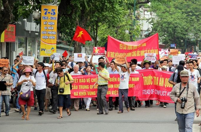 Người dân phản đối Trung Quốc xâm phạm chủ quyền đất nước diễu hành qua nhiều đường phố Thủ đô