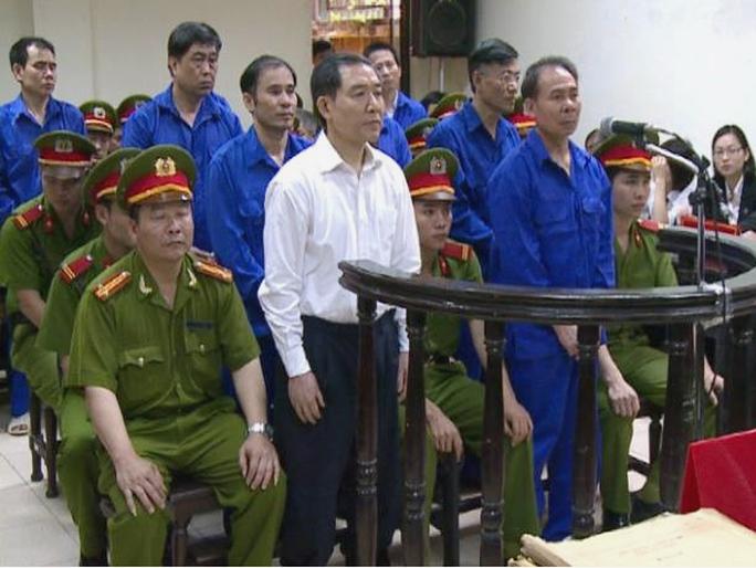 Bị cáo Mai Văn Phúc (đứng hàng đầu áo xanh) nói trước tòa rằng mình không đội trời chung với bị cáo Dương Chí Dũng (đứng hàng đầu áo trắng)