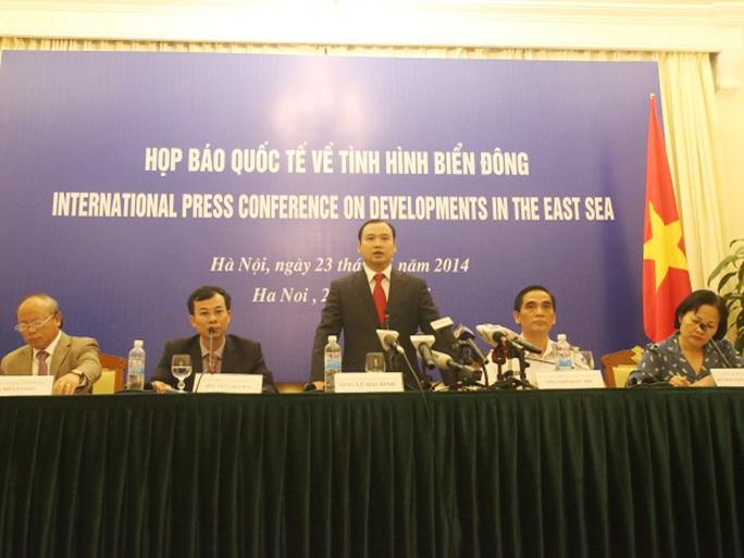 Người phát ngôn Bộ Ngoại giao Việt Nam (đứng) nêu rõ Việt Nam có đầy đủ bằng chứng pháp lý và lịch sử để khẳng định chủ quyền với Hoàng Sa và Trường Sa
