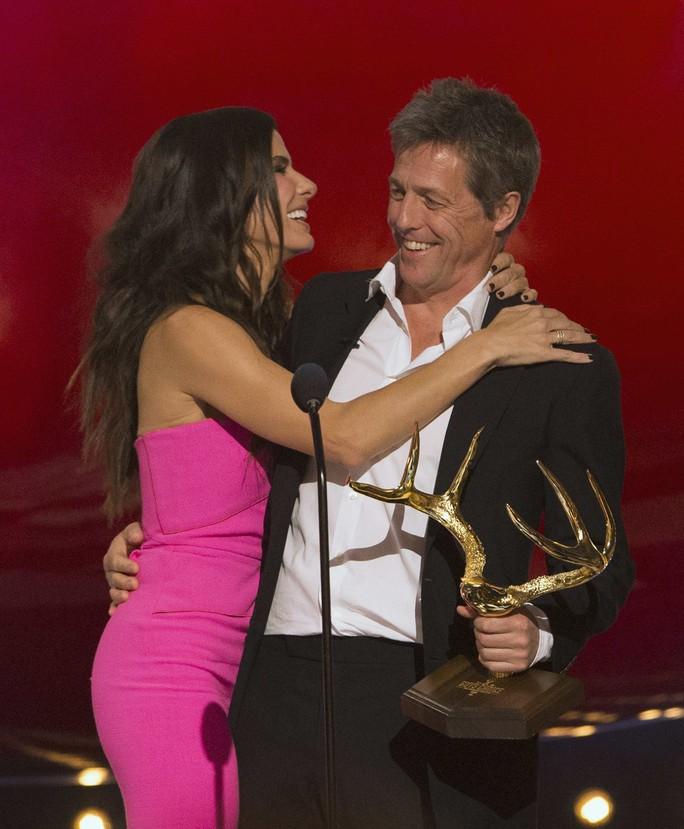 Cô được tài tử Hugh Grant chúc mừng và trao giải
