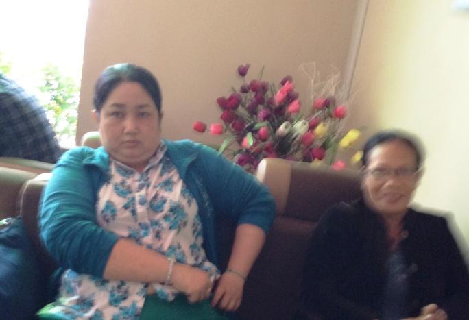 """""""Nhà báo"""" dỏm Huỳnh Bá Thạch Thảo (bên trái) trong quán cà phê, trước khi bị đưa về công an."""