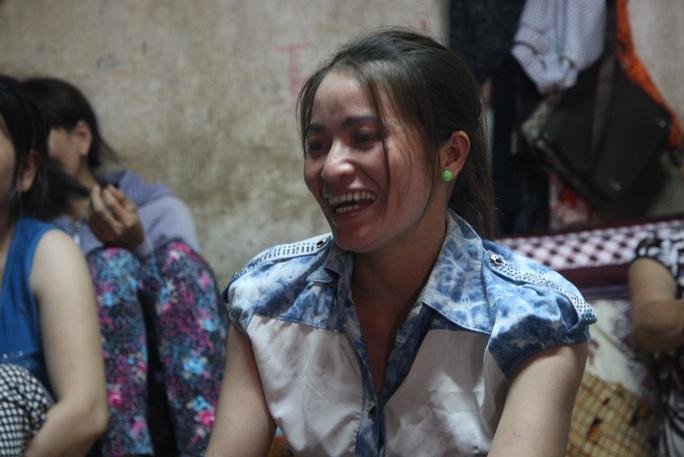 Chị Huỳnh Thị Ánh Hồng cười tươi khi kể việc… trúng số hụt.