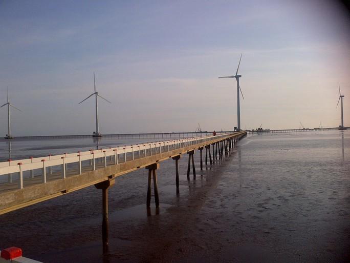 Mỗi cột turbin gió cao 80 mét, đường kính 4 mét, sải quạt dài 42 mét; tổng trọng lượng 200 tấn.