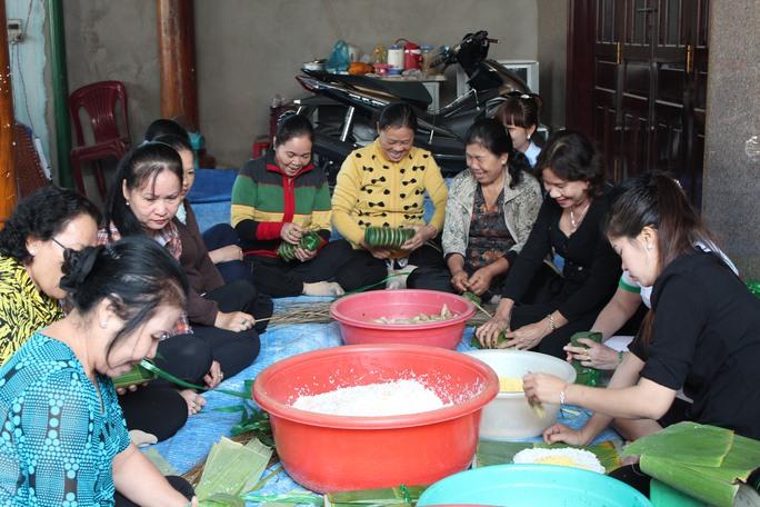 Ngày hội gói bánh tét do LĐLĐ quận Bình Tân, TP HCM phối hợp cùng các chủ nhà trọ tổ chức