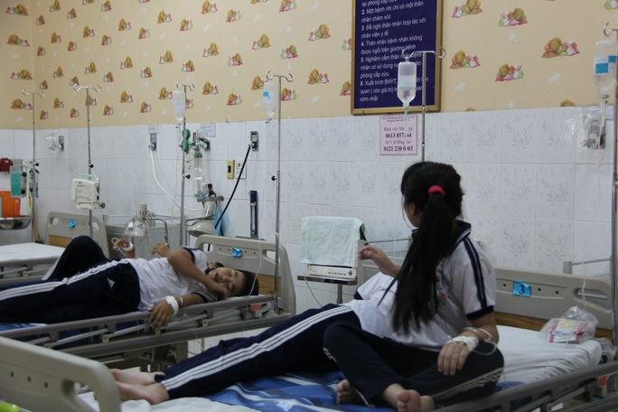 Các em học sinh đang được điều trị tại bệnh viện do bị ngộ độc