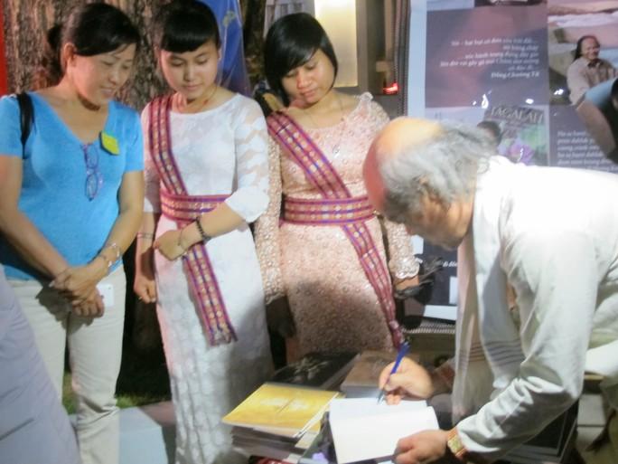Nhà thơ Inrasara ký tên tặng độc giả