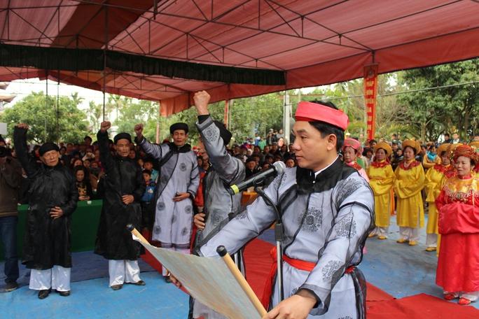 chức sắc trong làng tuyên thệ