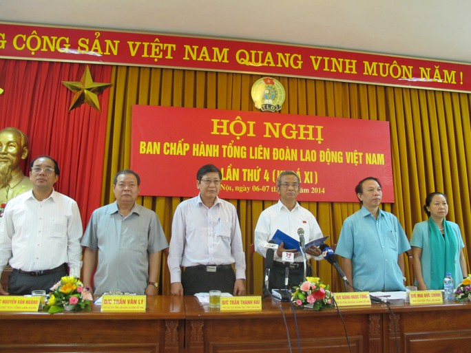 Ông Đặng Ngọc Tùng (thứ 3 từ phải sang) đọc Tuyên bố của Tổng LĐLĐ Việt Nam phản đối Trung Quốc đặt giàn khoan Hải Dương 981 trong vùng biển của Việt Nam. ảnh Văn Duẩn