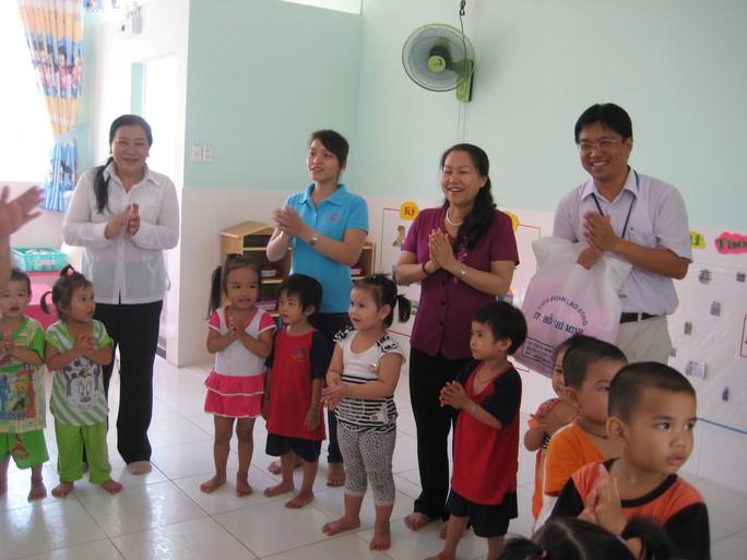 Con công nhân theo học tại Trường Mầm non Mặt Trời Nhỏ của Công ty Pou Yuen xây dựng