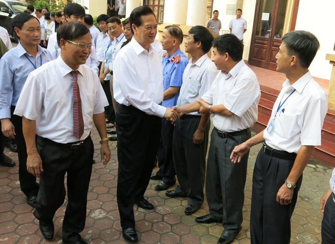 Thủ tướng Nguyễn Tấn Dũng và đoàn Đại biểu Quốc hội TP Hải Phòng tiếp xúc cử tri quận Kiến An, TP Hải Phòng sáng 3-10