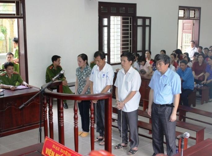 Các bị cáo trước vành mòng ngựa, từ trái qua Nguyễn Thị Luân, Phạm Nguyên, Tạ Văn Đông và Lê Văn Cường