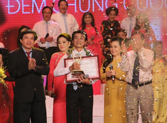 Thí sinh Huyên Chí Bình nhận giải Quán quân THMX 2014