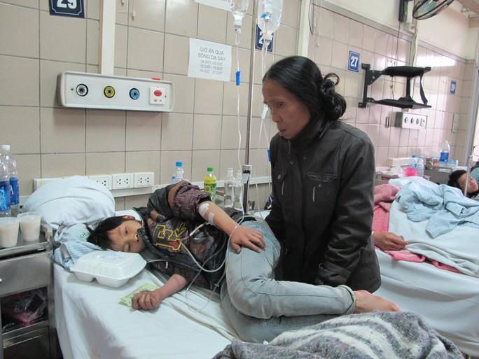 Cháu Lý Minh Khôi 13 tuổi bị ngộ độc nấm đang được điều trị tại Trung tâm chống độc