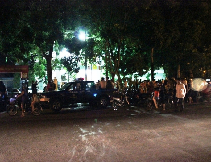 Hàng trăm người dân đứng xem lực lượng công an khám xét trụ sở Đội kiểm lâm cơ động số 1