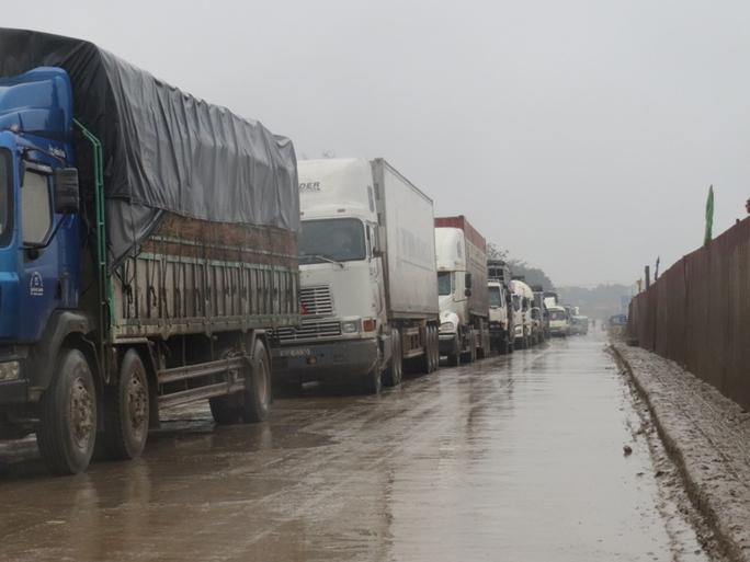 Hàng trăm phương tiền giao thông ùn ứ, kéo dái trên tuyến Quốc lộ 1A qua địa phận huyện Tĩnh Gia, tỉnh Thanh Hóa