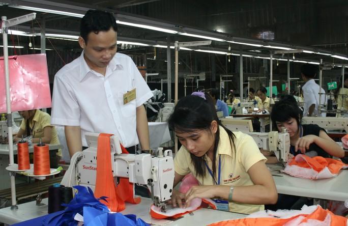 Cán bộ Công đoàn Công ty Tân Long Trường quận 9, TP HCM thăm hỏi công nhân     ẢNH: kHÁNH LINH