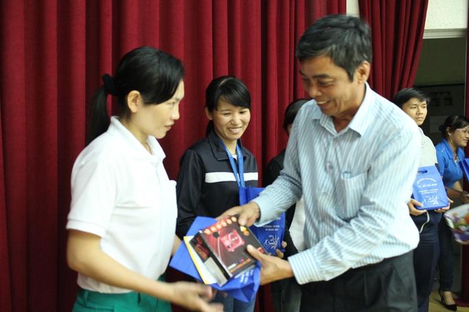 Ông Nguyễn Văn Khải, Phó Chủ tịch Thường trực LĐLĐ TP HCM, trao radio cho công nhân