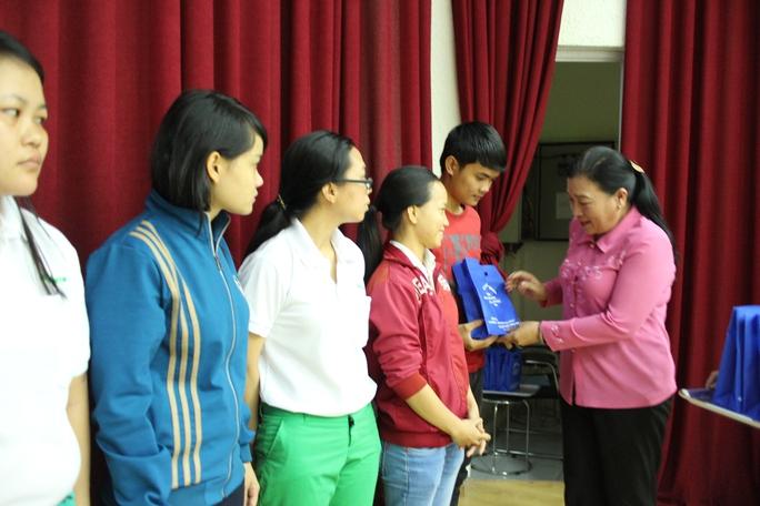 Bà Nguyễn Thị Bích Thủy, Phó Chủ tịch LĐLĐ TP HCM, tặng radio cho công nhân