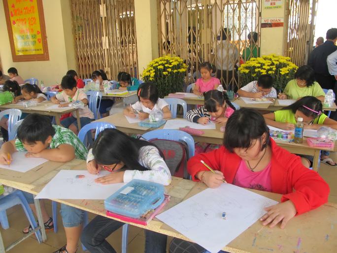 Các thí sinh tham gia Hội thi vẽ tranh