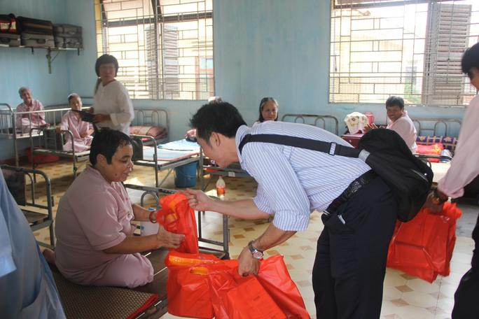 Thí sinh Đinh Phú Vinh trò chuyện cùng một cụ bà.