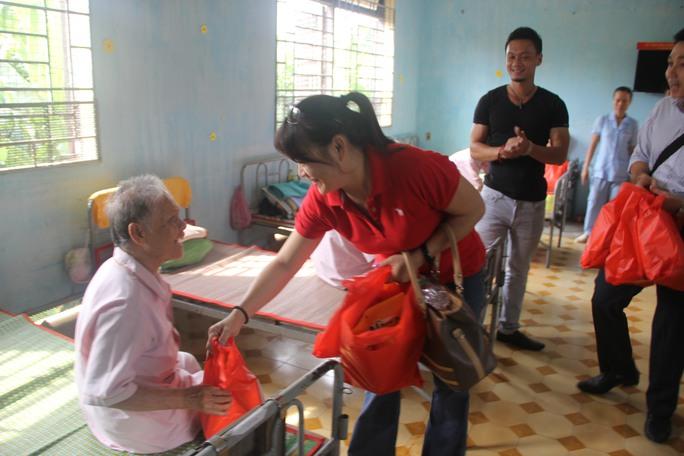 Một cụ ông nhận quà từ chị Nguyễn Kim Phụng (52 tuổi, ngụ TPHCM)