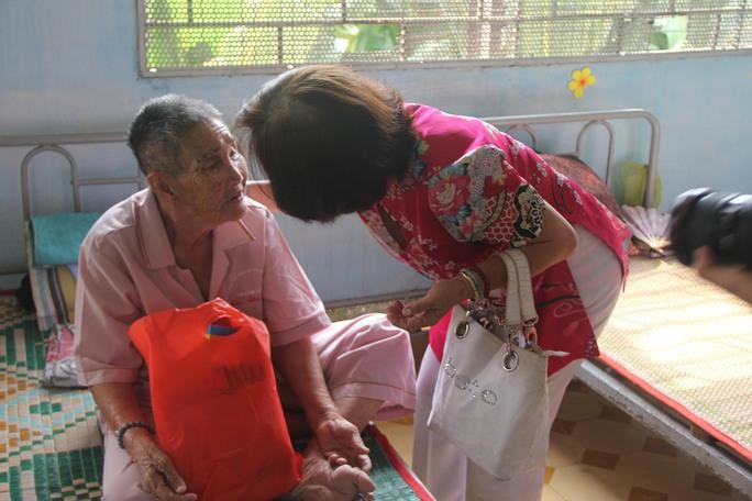 Thí sinh Tạ Thị Trinh (68 tuổi) thăm hỏi một cụ ông