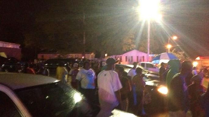 Người thân tù nhân tụ tập bên ngoài nhà tù Escambia sau vụ nổ. Ảnh: Twitter