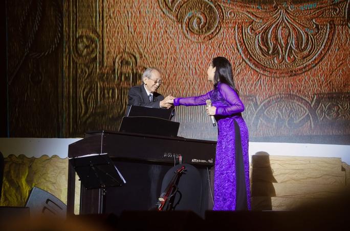 Nhạc sĩ Nguyễn Ánh 9 tâm sự ông đã phải bấm vào tay mình  xem đây là thực hay mơ