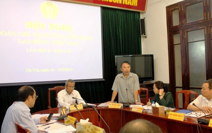 Ông Mai Đức Chính, Phó Chủ tịch Tổng LĐLĐ VN, báo cáo tình hình công nhân tại các điểm nóng trong hội nghị Đoàn chủ tịch sáng nay 16-5