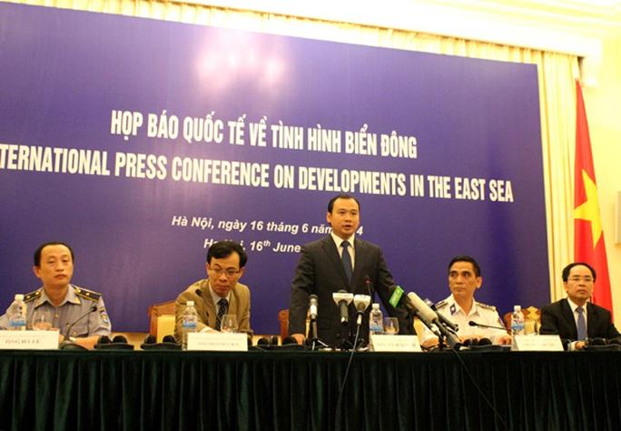Người phát ngôn Bộ Ngoại giao Việt Nam, ông Lê Hải Bình chủ trì cuộc họp báo
