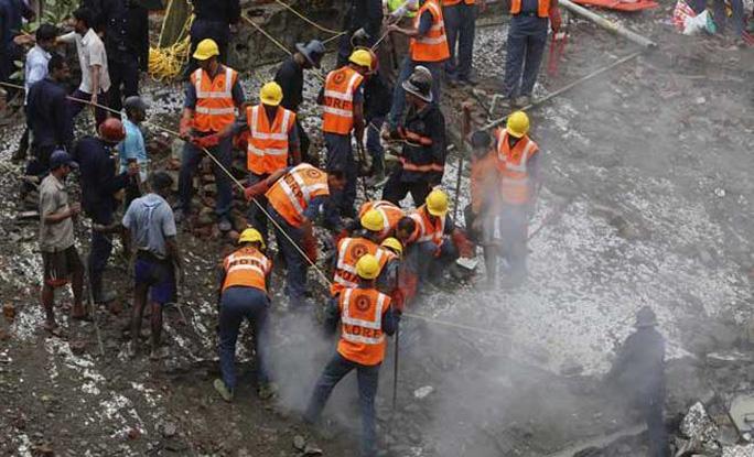 Lực lượng cứu hộ nỗ lực tìm kiếm, giải cứu người bị kẹt trong đống đổ nát