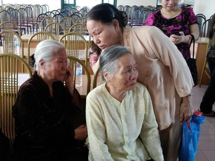 """Cụ Bùi Thị Thanh - áo tối màu, gần 80 tuổi, là mẹ ông Vũ Thanh Hải - nghẹn lời: """"Được minh oan với bà con xóm giềng thì nó cũng đã chết được 10 năm rồi"""""""