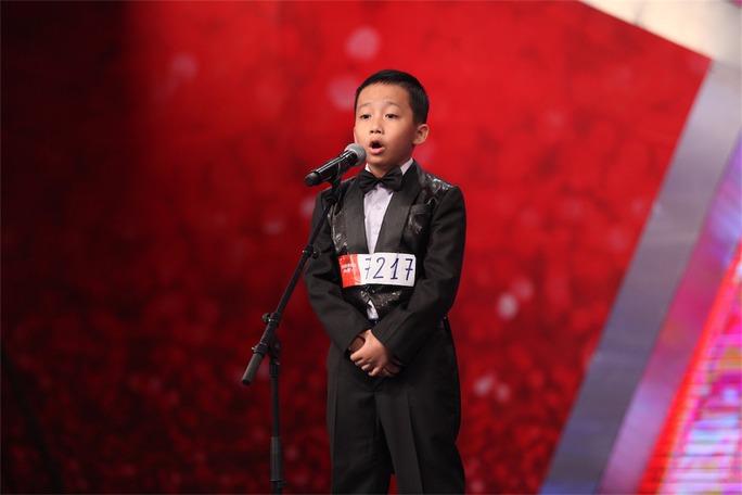 Cậu bé Nguyễn Đắc Minh Hiếu hát nhạc thính phòng