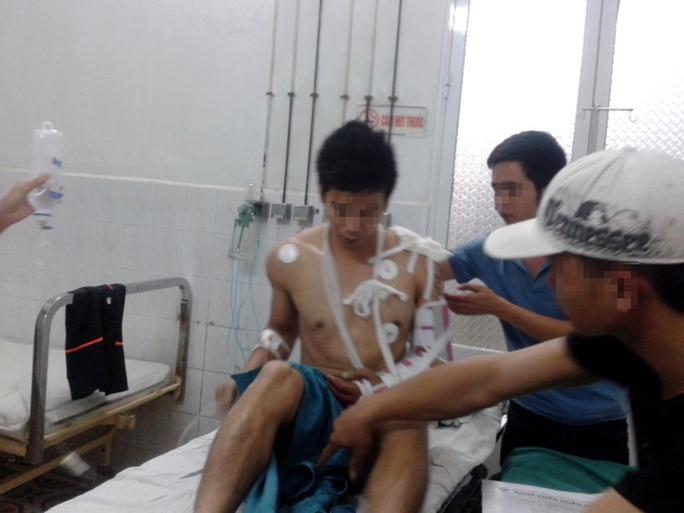 Một người bị thương đang cấp cứu tại bệnh viện trong vụ giang hồ đất cảng hỗn chiến