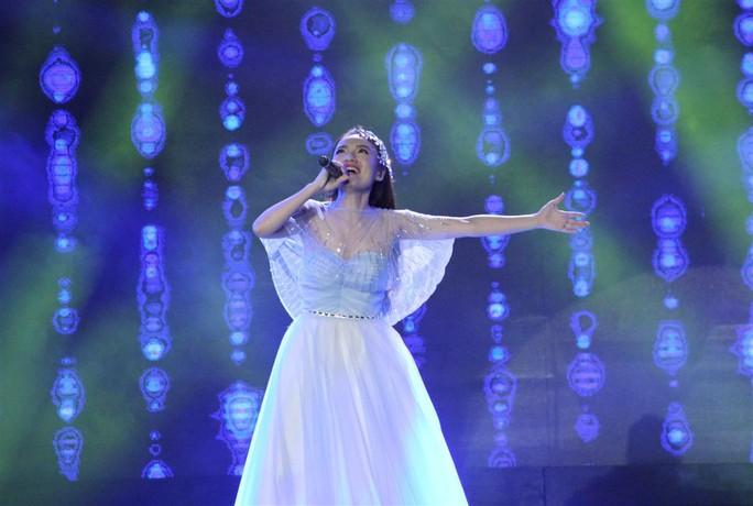 Nhật Thủy hóa thân thành Nữ hoàng băng giá Elsa nhưng thể hiện Let It Go không tốt ở đoạn cuối